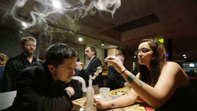 Ontario Liberals to ban vapor lounges